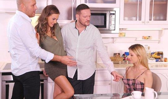 Оргия с ДП в пизденку и очко сводит две парочки свингеров с ума на кухонном столе