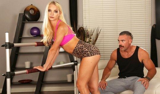 Тренер в спортзале вскрывает толстым членом анальное отверстие блондинки