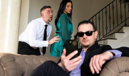 Brazzers-жена ставит рога мужу с хуястым седым мужчиной на кровати и кончает