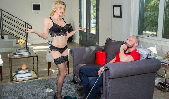 Блондинка в чулках и туфлях трахается на сером диване с небритым чуваком