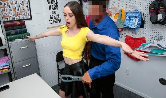 Худощавая брюнетка в офисе охранника подставляет киску для любви и секса