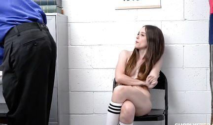Брюнетка в офисе охранника подставляет киску для любви и секса