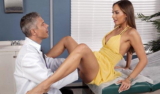 Брюнеточка с длинными ногами в кабинете доктора раздвигает свои ноги
