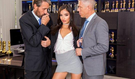 В офисе два седых любовника устраивают жесткое ДП с личной ассистенткой