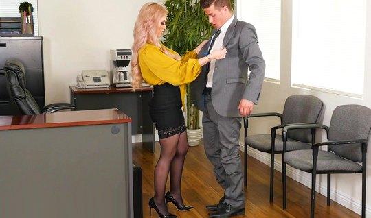 Директор в офисе трахнул татуированную секретаршу в чулках о обкончал