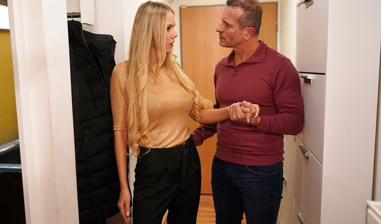 Сисястая блонда приехала на домашний секс к зрелому разведенному другу