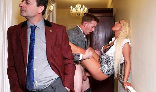 Татуированная блондинка изменяет мужу с любовником с большим членом