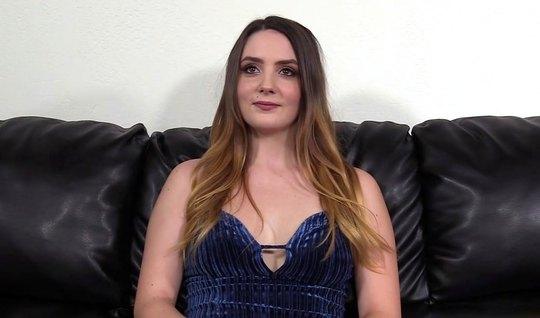 Молодая девушка пришла на кастинг и раздвигает ноги для вагинала на камеру