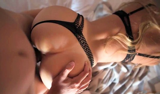Жена в черном белье подставляет дырочки в позе раком для домашнего порно