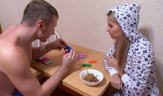 Русская девушка в пижаме разделась до чулок ради домашнего порно с другом