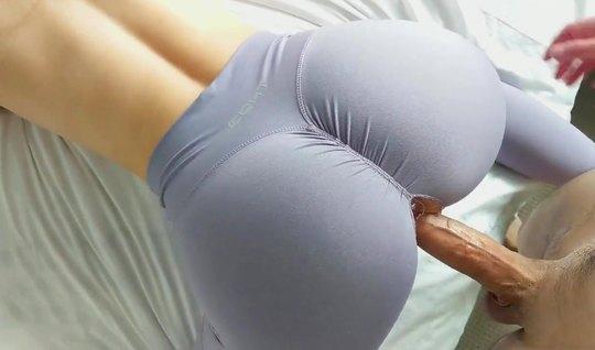 Рыжая красавица в лосинах не может отказать себе в домашнем порно крупным планом