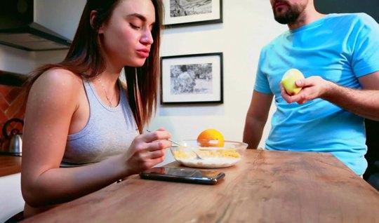 Брюнетка после завтрака открыла ротик для домашнего минета с другом