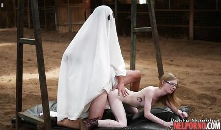 Рыженькая девушка с худой фигурой трахается в позе раком с привидением