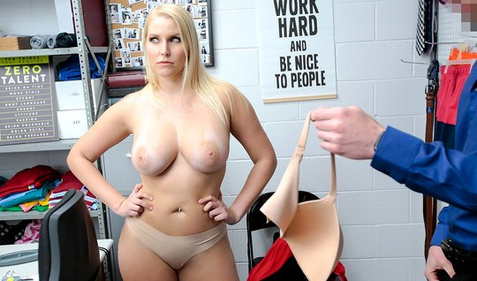 Зрелая блондинка в офисе не отказала своему другу в сексе у стола и кончила