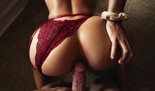 Красавица с большой попкой обожает съемки домашнего порно в эротическом белье