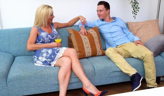 Зрелая блондинка на кровати оседлала член молодого парня ради вагинального оргазма