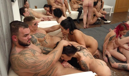 Татуированные красавицы и их друзья решили насладиться оргией в одной комнате