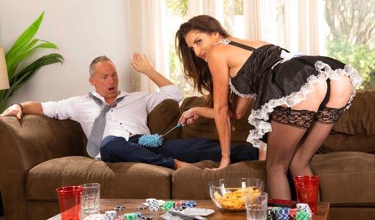 Зрелая дамочка в роли горничной раздвигает ноги в чулках для секса с парнем