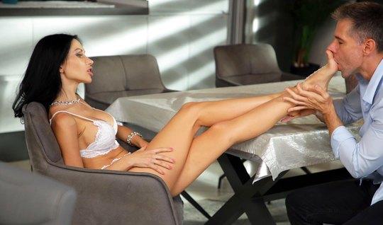 Русская брюнетка подставляет ноги фут фетишисту и готова для секса на кресле