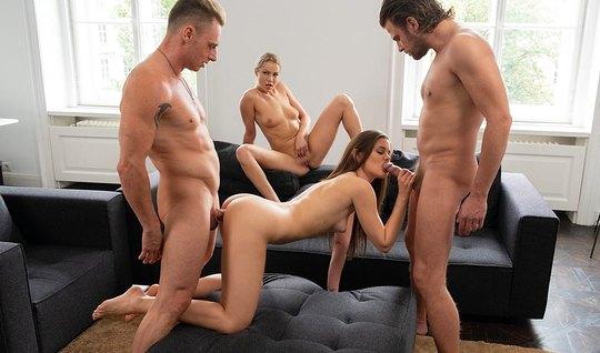 Две пары свингеров в гостиной практикуют групповой секс с мощным оргазмом...