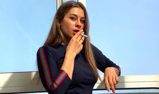Красивая русская деваха подставила щель для вагинала на видео камеру