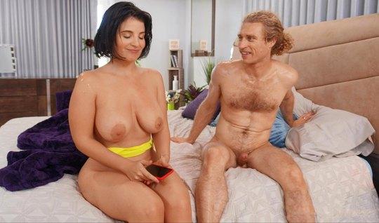 Мамка с большими дойками на кровати занялась сексом с волосатым поклонником