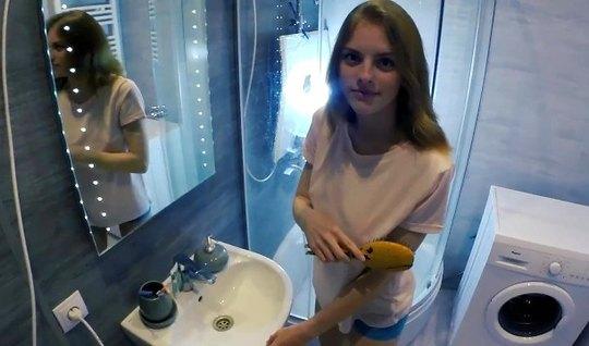 Худенькая молодуха в ванной прогнулась раком для порно от первого лица
