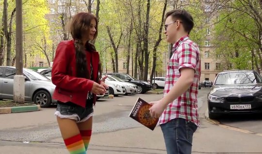 Русская молодая красотка раздвигает худые ноги для вагинала и оргазма
