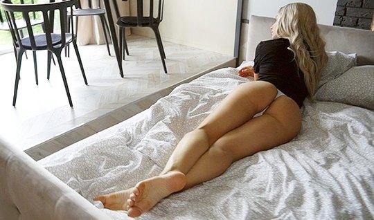 Блондинка после минета задрала ноги для домашнего секса с другом и кончила