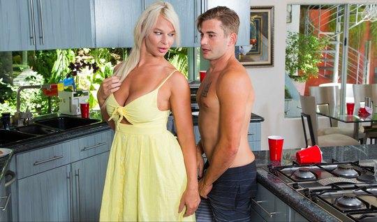 Очаровательная мамка блондинка после завтрака получила секс десерт от пасынка