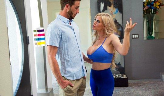 Блондинка мамочка показала другу сына татуировку и раздвигает ноги в чулках для секса