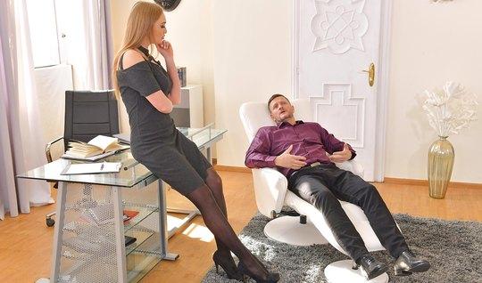 Секретарша в чулках готова ублажать своего босса и снимает трусики для анала