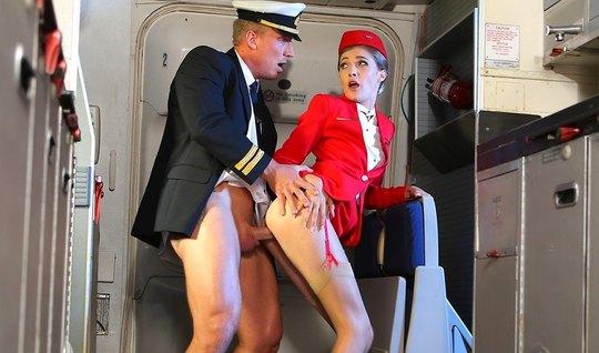 Стюардесса красотка в самолете подставляет свою щелочку для секса