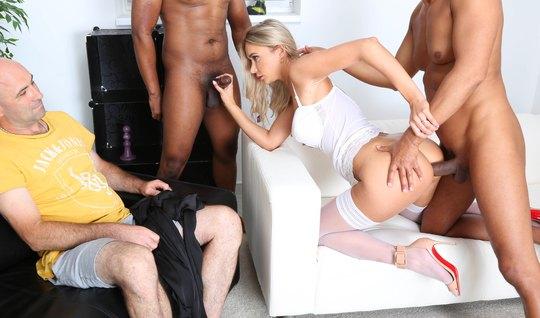 Блондинка при муже изменяет ему с неграми и получает от них двойное проникновение