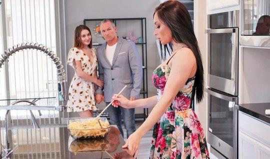 Женатый мужик изменяет своей жене с брюнеткой с большими дойками прямо на лестнице