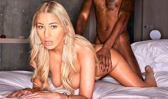 Блондинка с большими дойками и негр расслабились на кровати друг с другом