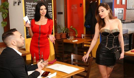 Две телочки прямо в кафе подарили общему знакомому групповой секс и оргазм