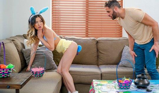 Худая азиатка очень любит трахаться в костюме сексуального кролика