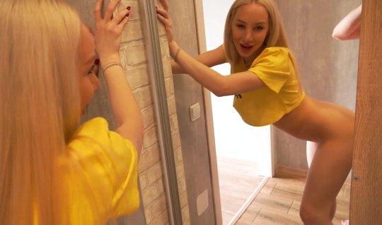 Русская блондинка в позе раком испытывает оргазм во время домашнего порева