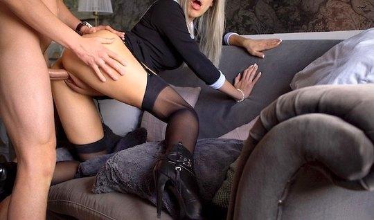 Блондинка в чулках согласилась на съемку домашнего порно в позе раком