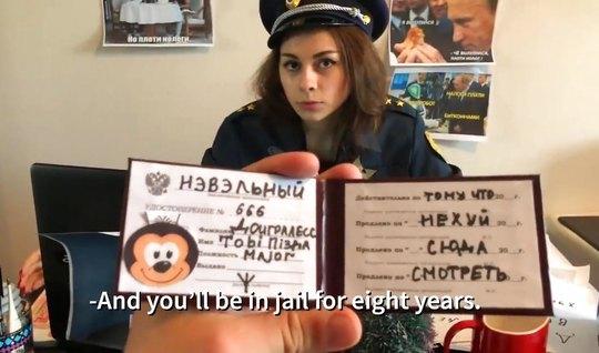 Русская полицейская согласилась на съемку домашней порно пародии...