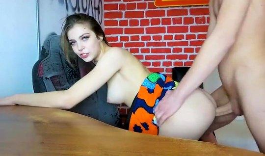 Русская девушка с парнем перед веб камерой занимаются сексом