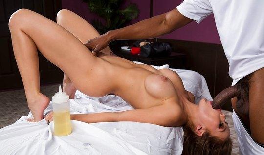 Красивая девушка пришла на массаж к негру и насела киской на его пенис