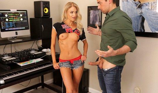Худенькая молодая блондинка занялась сексом прямо в студии записи