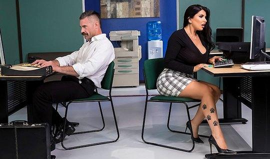 Грудастая брюнетка в офисе дает себя трахать прямо на рабочем столе