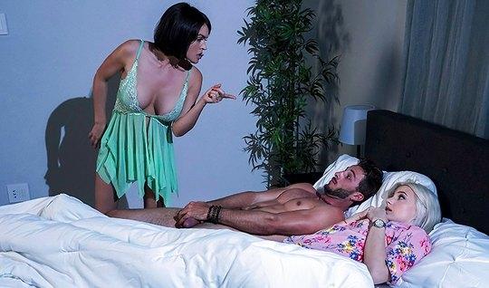 Мамочка зашла в спальню к пасынку и занялась с ним бурным сексом
