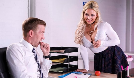 Студентка с большими дойками соблазнила учителя на секс в классе