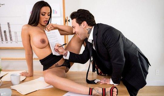 Начальник доводит свою помощницу с большими дойками до оргазма прямо в офисе