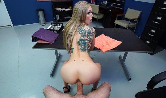 В кабинете полиции блондинка занимается сексом от первого лица
