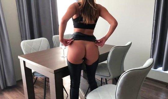 Девушка надела латекс для съемки домашнего порно анал вместе с супругом